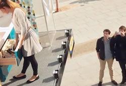 Живая реклама IKEA в центре Парижа