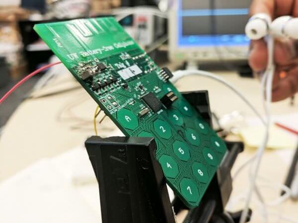 Винайдено телефон, який не має батареї і отримує електрику з повітря