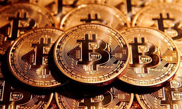 Bitcoin подорожчали втричі за рік і побили рекорд вартості. Чи варто вкладати гроші в криптовалюту?
