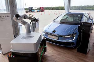 Технології Volkswagen створить робота, який автоматично під'єднуватиме електромобіль до зарядної станції tesla авто німеччина новина у світі
