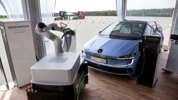Volkswagen створить робота, який автоматично під'єднуватиме електромобіль до зарядної станції