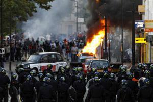 Життя Twitter дізнається про вуличні заворушення на годину раніше за поліцію twitter безпека британія новина у світі