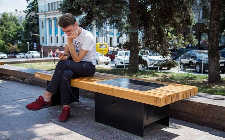 Київ інноваційний: лави для смартфонів, «Кловська» без жетонів та безготівкова оплата паркування