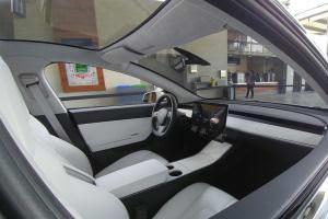 Технології Новий електрокар Tesla Model 3 відкривається смартфоном і не має панелі приладів tesla авто новина