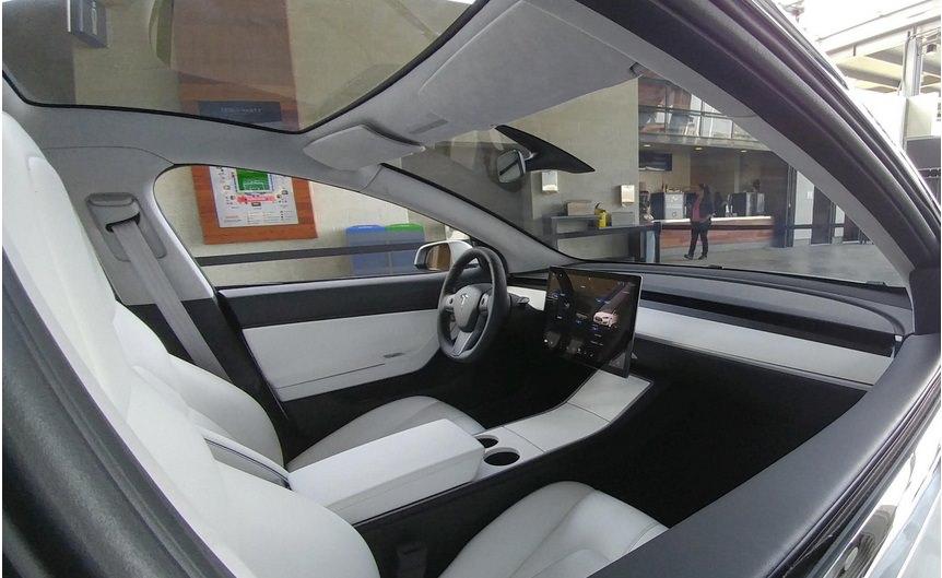 Новий електрокар Tesla Model 3 відкривається смартфоном і не має панелі приладів