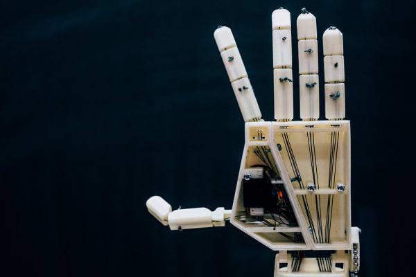 Вчені винайшли роботизовану руку, що перекладає текст мовою жестів для людей з вадами слуху