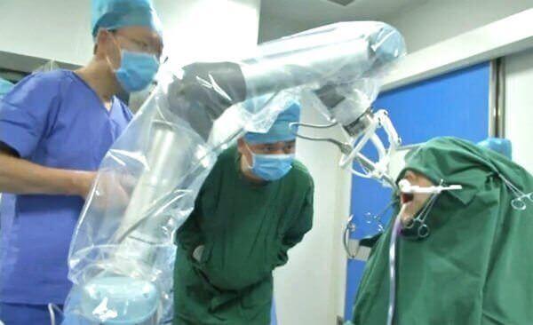У Китаї робот-дантист вперше у світі імплантував пацієнту нові зуби