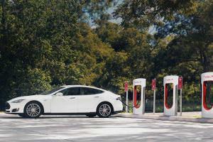 Технології Tesla дозволить міняти розряджений акумулятор прямо на заправках, а також відкриє власну мережу кафе і магазинів tesla акумулятори електромобіль ілон маск новина сша