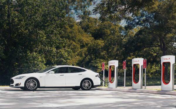 Tesla дозволить міняти розряджений акумулятор прямо на заправках, а також відкриє власну мережу кафе і магазинів