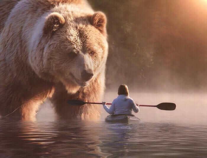 Австралійський художник створює картини, де люди живуть поруч із величезними тваринами