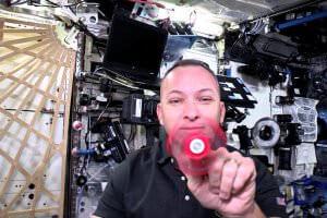 Життя Американський космонавт показав, як поводиться спінер у нерухомості відео космос сша