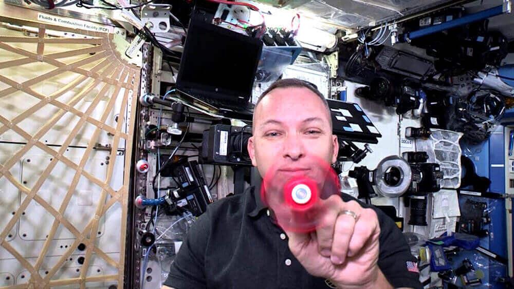 Американський космонавт показав, як поводиться спінер у нерухомості
