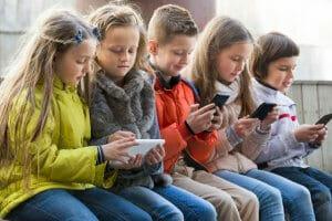 Життя Французьким школярам заборонять користуватися телефонами в школі новина Освіта телефон франція