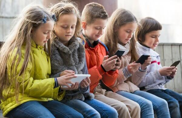 Французьким школярам заборонять користуватися телефонами в школі