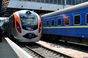 Життя «Укрзалізниця» підбила підсумки 2017 року: стало більше поїздок та онлайн-замовлень новина транспорт україна укрзалізниця