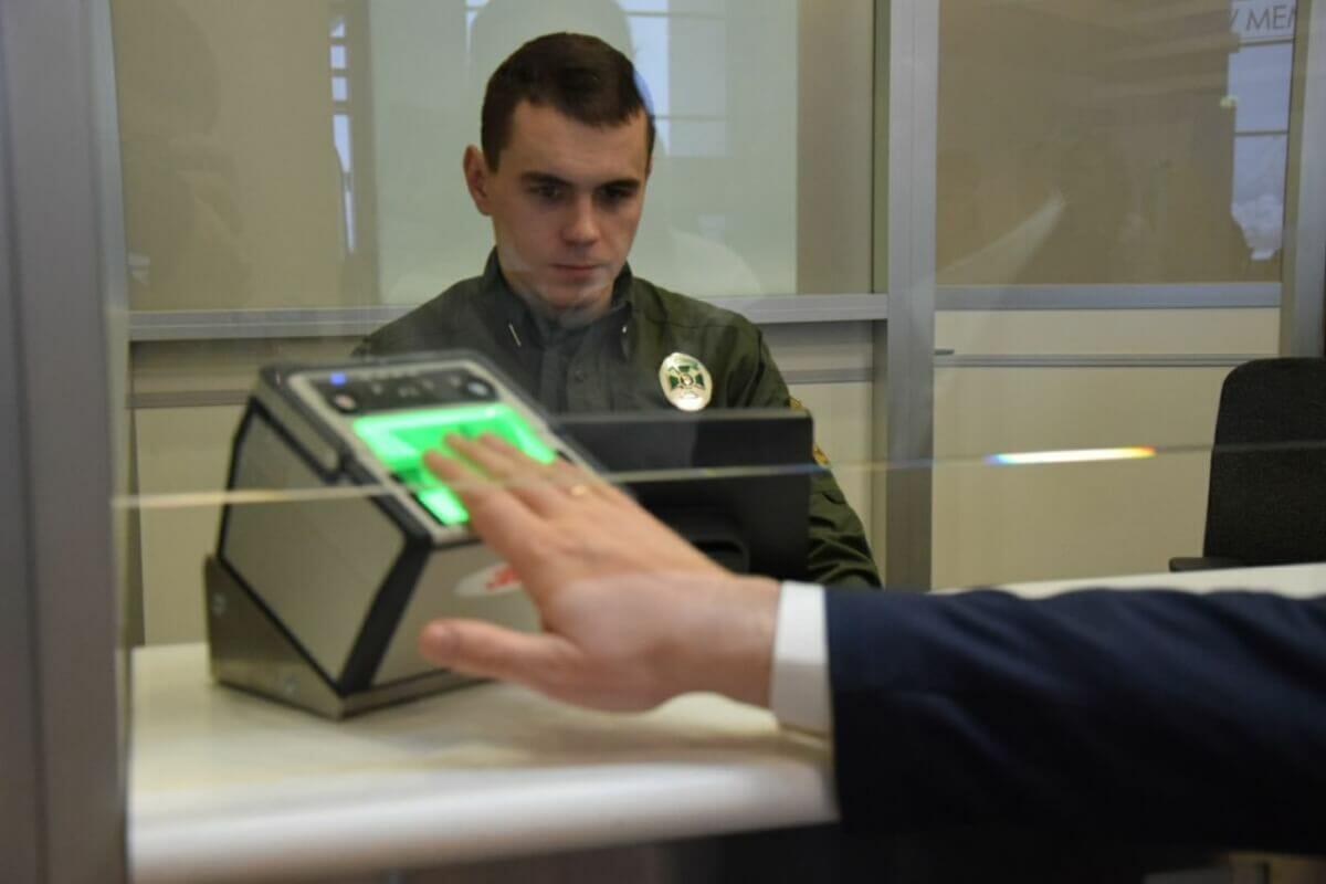 На українському кордоні запрацювали електронні візи та біометричний контроль