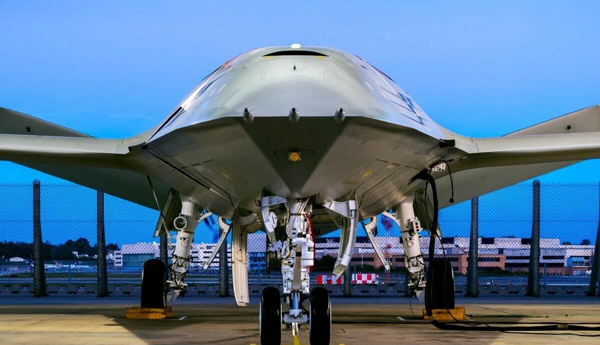 Компанія Boeing створила дрон, який може заправляти винищувачі прямо в повітрі