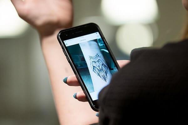 Українка створила додаток, за допомогою якого можна «приміряти» татуювання