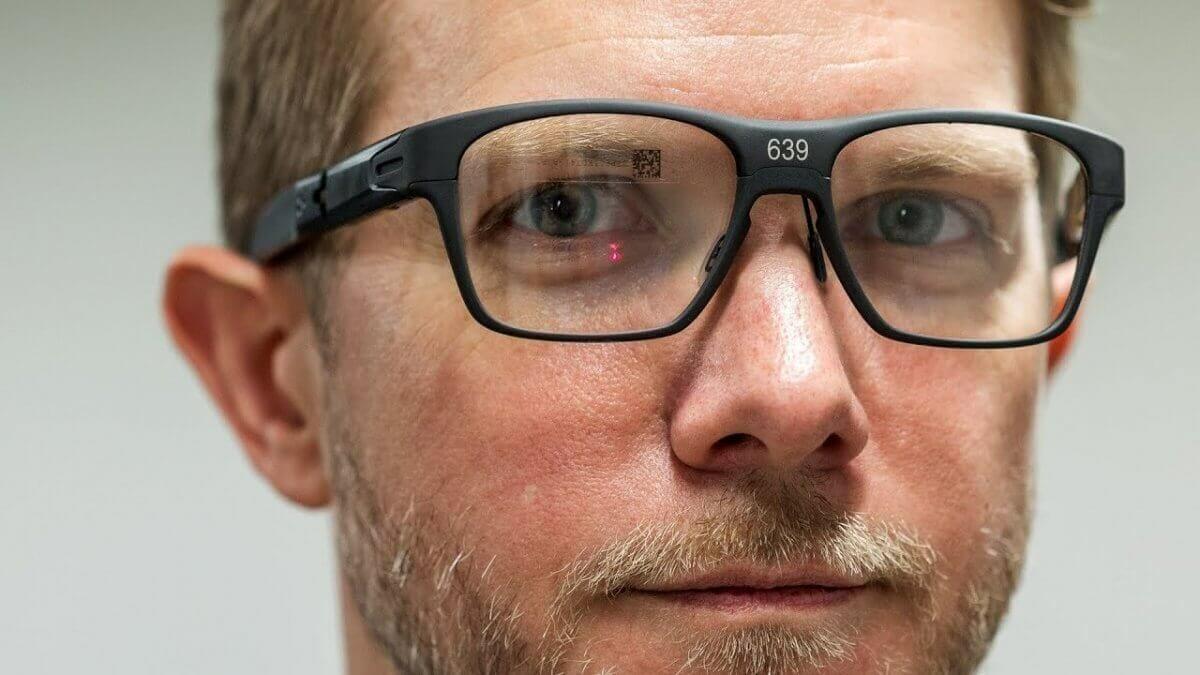 Винайшли розумні окуляри, що проектують зображення на сітківку ока