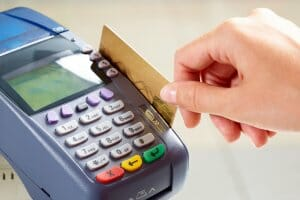 Життя За 5 років кількість розрахунків картками в Україні збільшилась втричі банкигрошіновинаукраїна