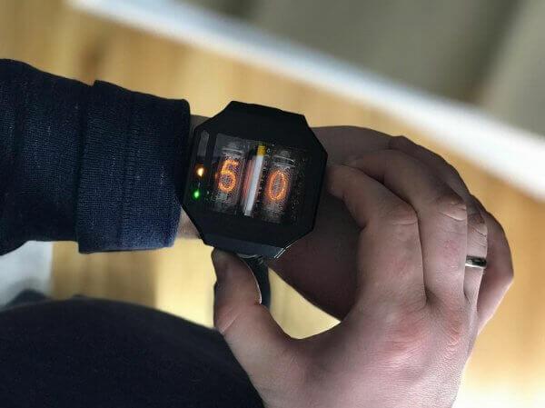 У Запоріжжі створили унікальний наручний годинник із газорозрядними трубками