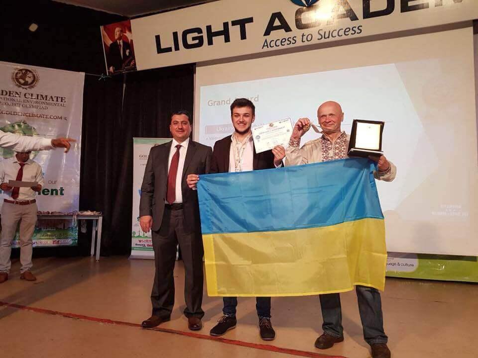 Український школяр переміг на конкурсі у Кенії з унікальною технологією виготовлення паперу з листя