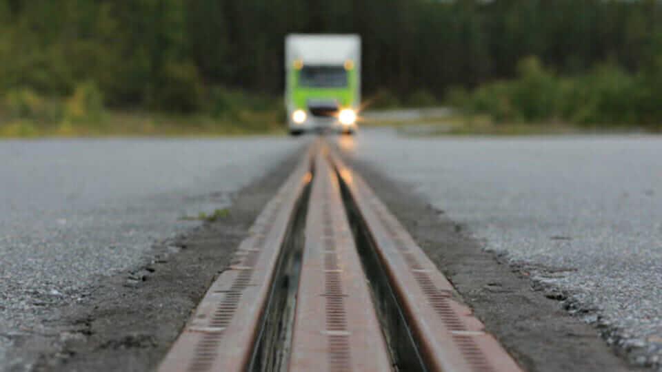 У Швеції запустили першу дорогу, яка заряджає батареї електрокарів, що по ній рухаються