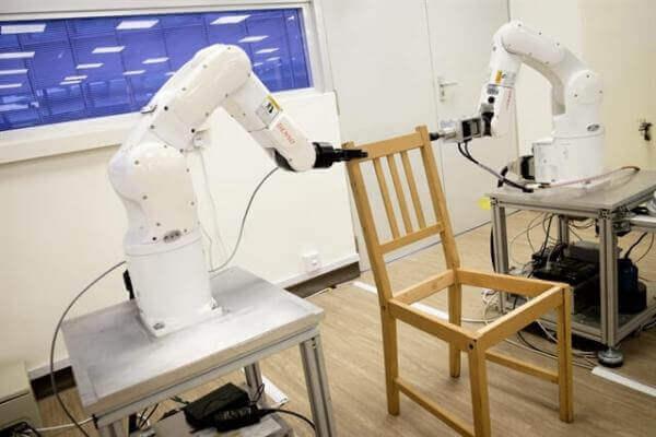 У Сінгапурі роботів навчили збирати стільці з IKEA