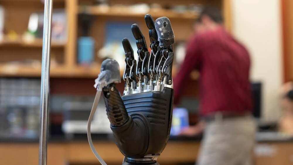 Вчені створили протез руки, власник якого зможе відчувати дотик та біль