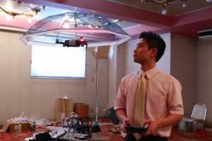 Технології У Японії створили парасольку, що літає за своїм хазяїном дрон новина японія