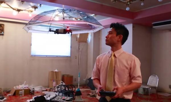 У Японії створили парасольку, що літає за своїм хазяїном
