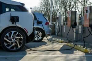 Технології В Україні хочуть обладнати АЗС та паркінги зарядками для електрокарів електромобіль Київ новина транспорт україна