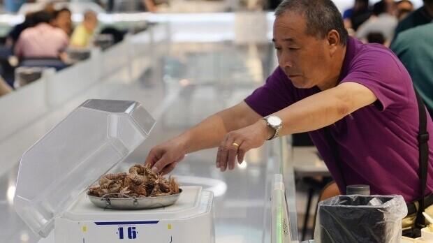 Китайський ресторан замінив всіх офіціантів на роботів