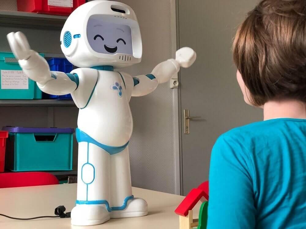 Діти з аутизмом краще взаємодіють із роботом-терапевтом, ніж з людиною