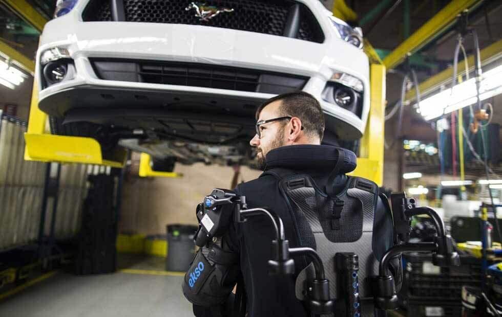 Ford одягне працівників на заводах в екзоскелети