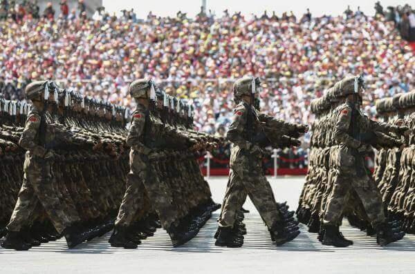 Як проводять військові паради в різних країнах?