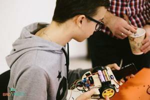 Життя «Ми не розважаємо дітей, а готуємо майбутніх інженерів», — засновник курсів робототехніки BroBots зроблено в Україні Інтерв'ю новина Освіта Програмування роботи стаття україна