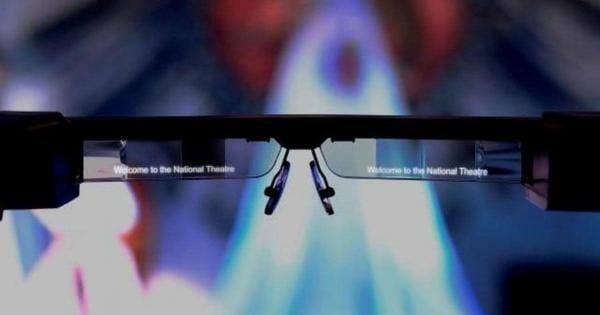 У лондонському театрі окуляри показуватимуть субтитри для людей з вадами слуху