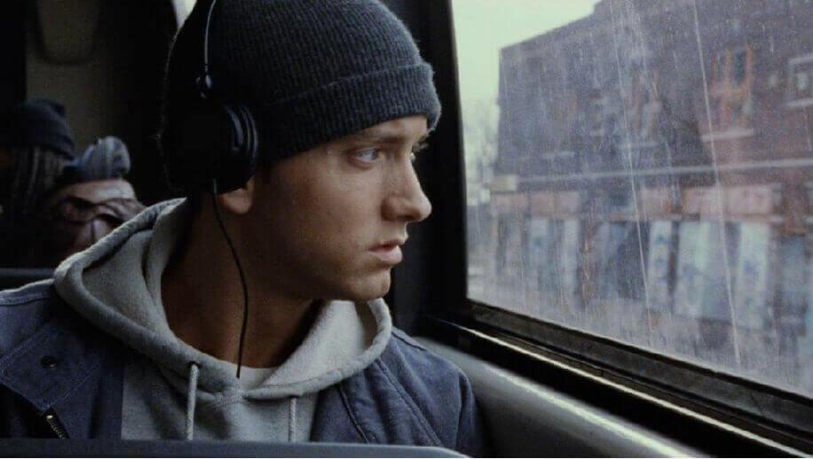 Чому не варто слухати музику в транспорті?
