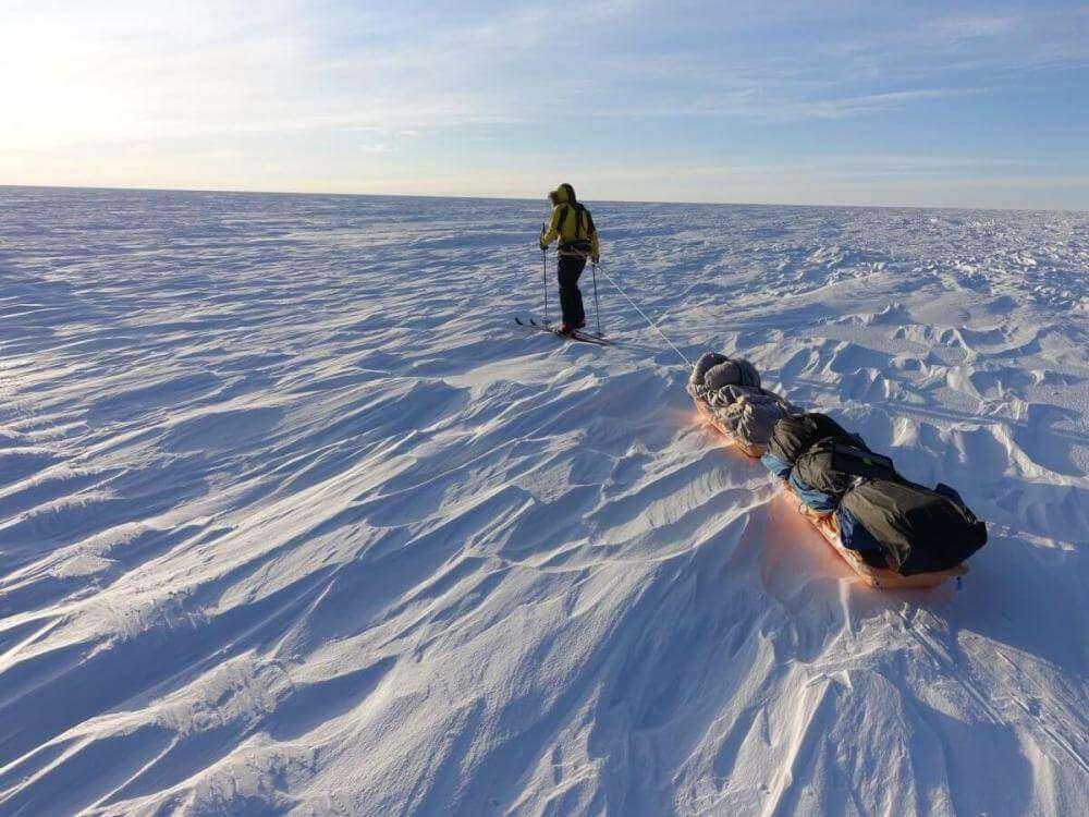 Чоловік посеред самого снігу тягне санки з вантажем у 180 кг.