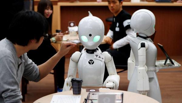 У Японії люди, прикуті до ліжка, керують роботами-офіціантами