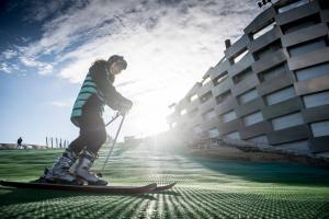 Життя У Данії на даху сміттєспалювального заводу відкрили гірськолижну трасу данія екологія новина сміття спорт у світі