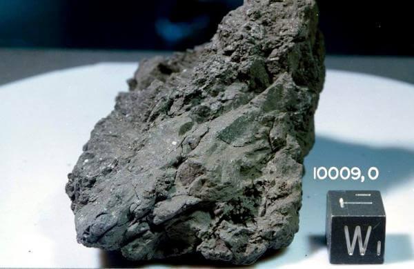 На Місяці знайшли найдавніший в історії камінь з Землі (відео)