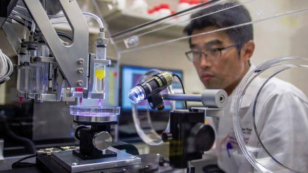 Як біопринтер друкує шкіру з власних клітин пацієнта