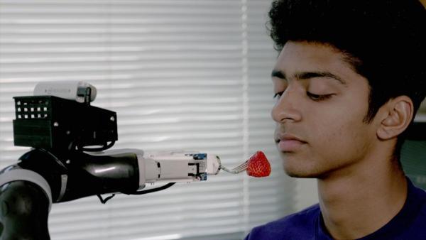 Дивіться, як роборука годує людей з обмеженими можливостями