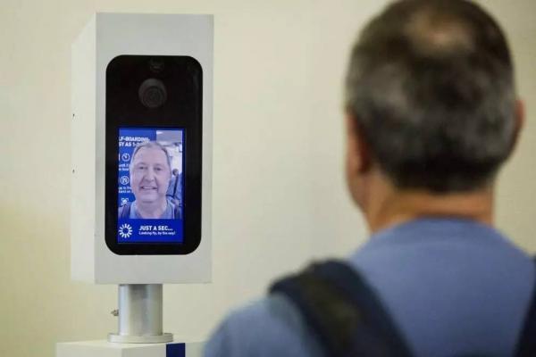 На авіарейсах США запускають автоматичну систему розпізнавання осіб