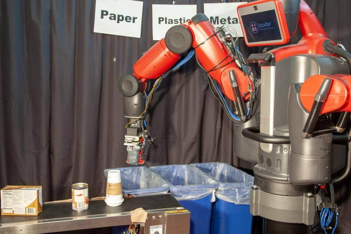 Робота навчили сортувати папір та пластик на дотик