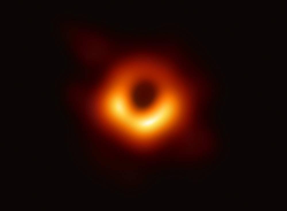 Вперше в історії вчені зробили фото чорної діри