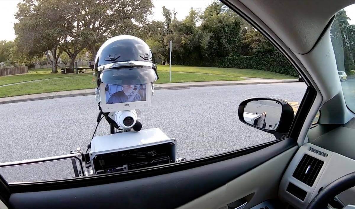 У США робот-поліціянт перевіряє особу водія, як справжній офіцер