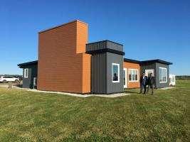 Життя У Канаді звели будинок із 600 тис. перероблених пляшок Будівництво екологія Канада новина у світі